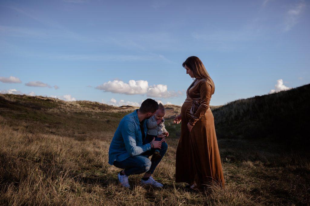 zwangerschapsfotografie lifestyle op locatie in de duinen met kindje